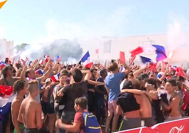 Francuscy kibice świętują zwycięstwo w MŚ 2018