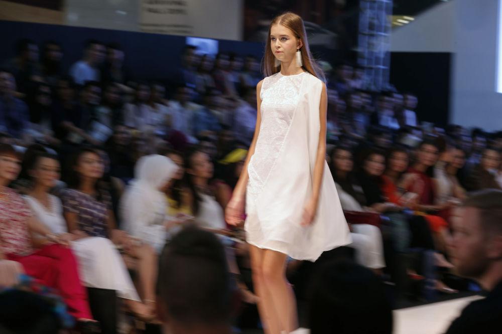 Modelka podczas pokazu kolekcji kreatora Cassey Gan na Tygodniu Mody Islamskiej w Kuala Lumpurze