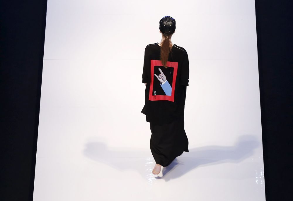 Modelka podczas pokazu kolekcji Justin Chew podczas Tygodnia Mody Islamskiej w Kuala Lumpurze