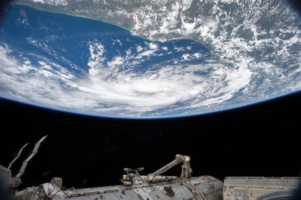 Tropicalny cyklon z pokładu MSK