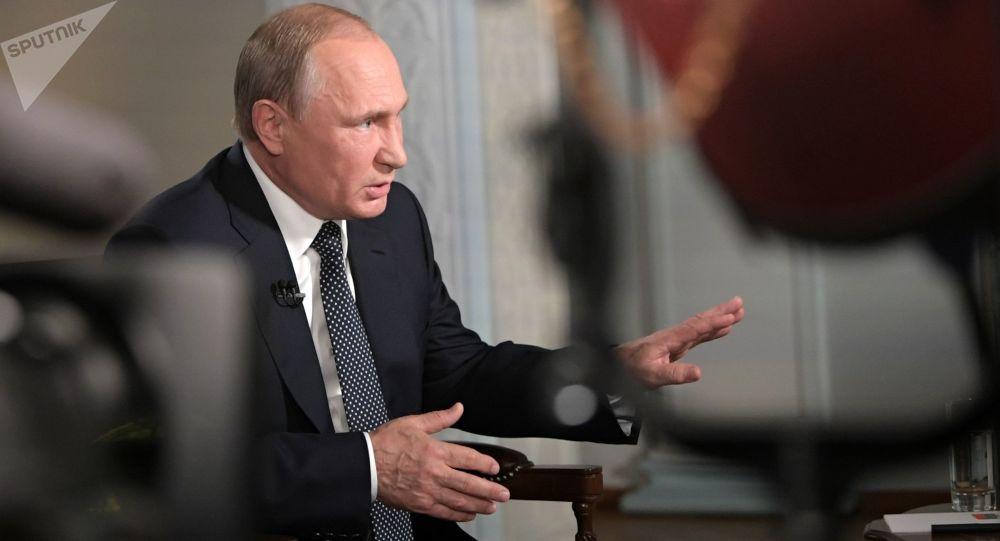 Prezydent Rosji Władimir Putin podczas wywiadu w Helsinkach z prowadzącym stacji telewizyjnej Fox News Chrisem Wallacem