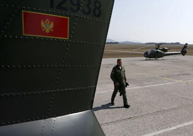 Czarnogórski żołnierz obok śmigłowców wojskowych na lotnisko Podgoricy
