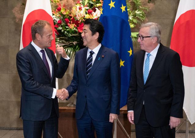 Przewodniczący Rady Europejskiej Donald Tusk, premier Japonii Shinzo Abe i przewodniczący Komisji Europejskiej Jean-Claude Juncker w czasie spotkania w Tokio