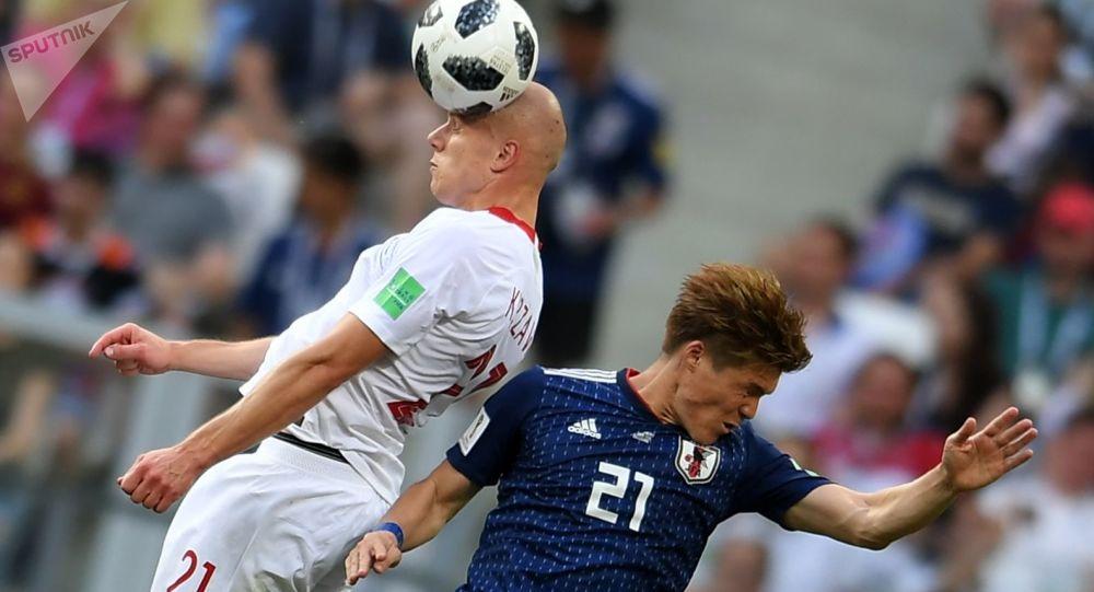 Rafał Kurzawa i Gotoku Sakai w meczu fazy grupowej Mistrzostw Świata w Piłce Nożnej pomiędzy reprezentacjami Japonii i Polski