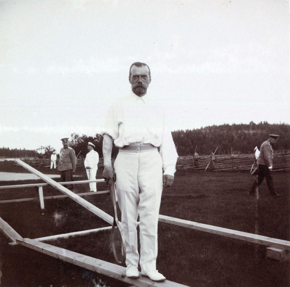 Mikołaj II Romanow. Na prawej ręce cara można zobaczyć ledwie zauważalny tatuaż smoka