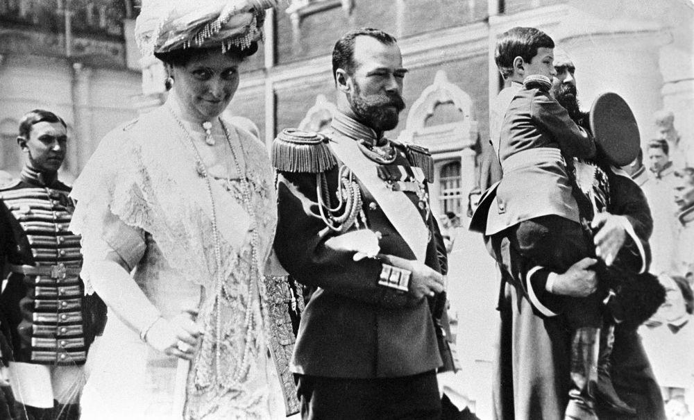 Mikołaj II z małżonką Aleksandrą Fiodorowną i carewiczem Aleksym