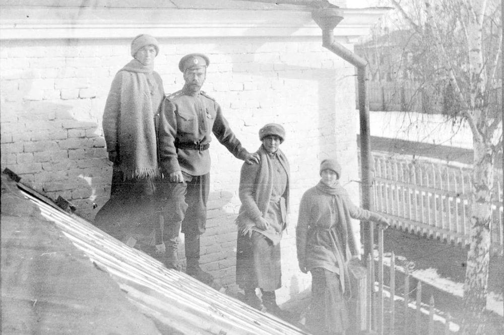 Mikołaj II Romanow z córkami Olgą, Anastazją i Tatianą w Tobolsku, zima 1917 r.