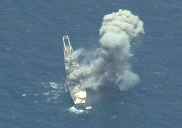 Kadr z nagrania ze zniszczenia byłego okrętu amerykańskiej floty USS Racine USS (LST-1191) podczas ćwiczeń RIMPAC na Oceanie Spokojnym