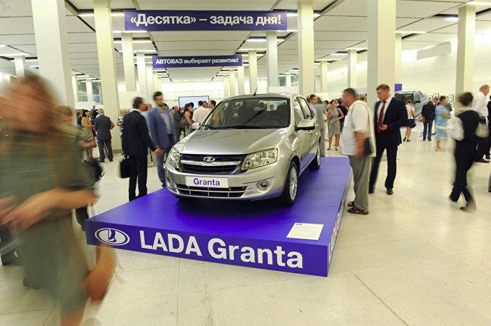 Łada Granta na wystawie Wołżańskiej Fabryki Samochodów AwtoWAZ: ludzie i samochody