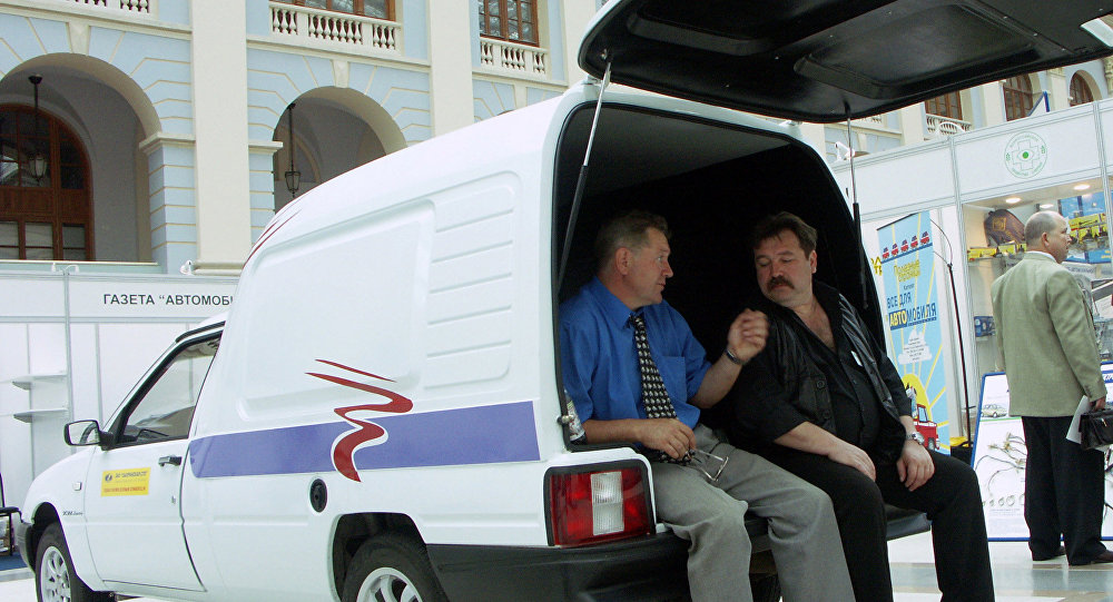 Mężczyźni w bagażniku samochodowym