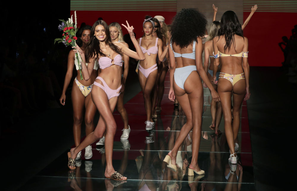 Modelki w strojach kąpielowych na pokazie w Miami Beach na Florydzie