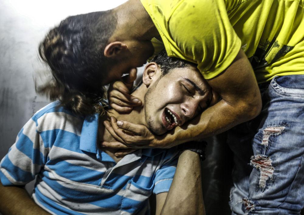 Palestyńczycy opłakują dwóch nastolatków, który zginęli w izraelskim nalocie na Strefę Gazy
