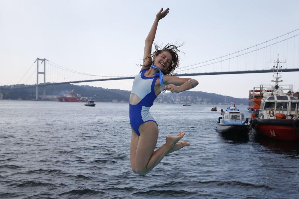Sportsmenka z Ukrainy podczas Międzykontynentalnego wyścigu pływackiego przez wody Bosforu