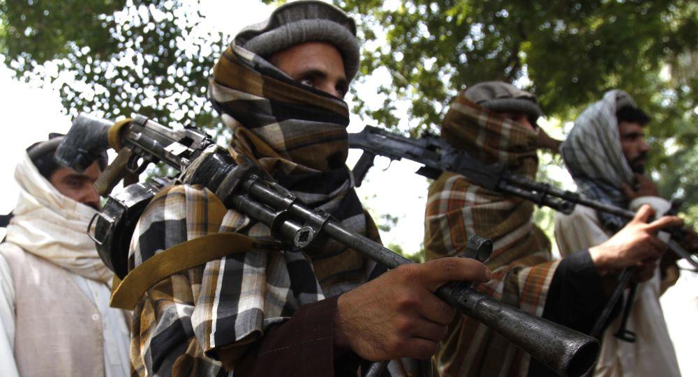 Afgańscy Talibowie z bronią. Zdjęcie archiwalne