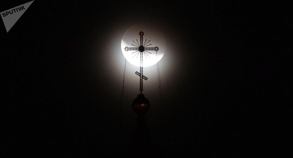 Zaćmienie Księżyca obserwowane w Jekaterynburgu. Zdjęcie archiwalne
