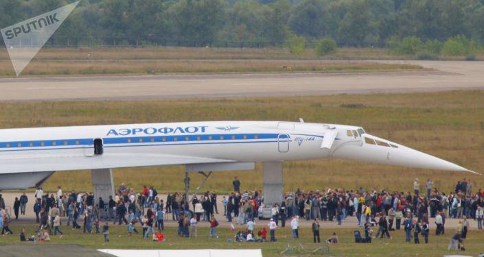 Naddźwiękowy samolot Tu-144