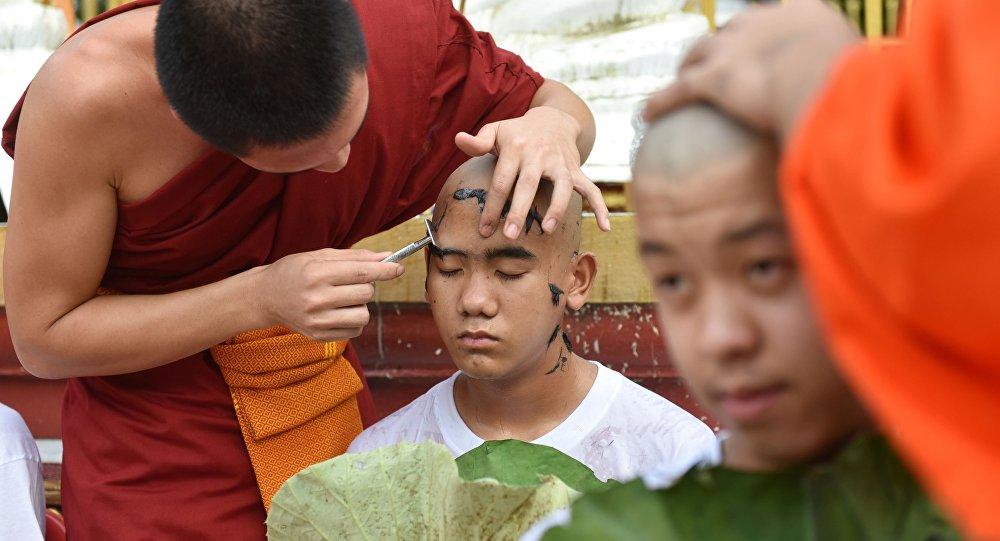 Dzieci i trener uratowani z tajlandzkiej jaskini wstąpili do zakonu
