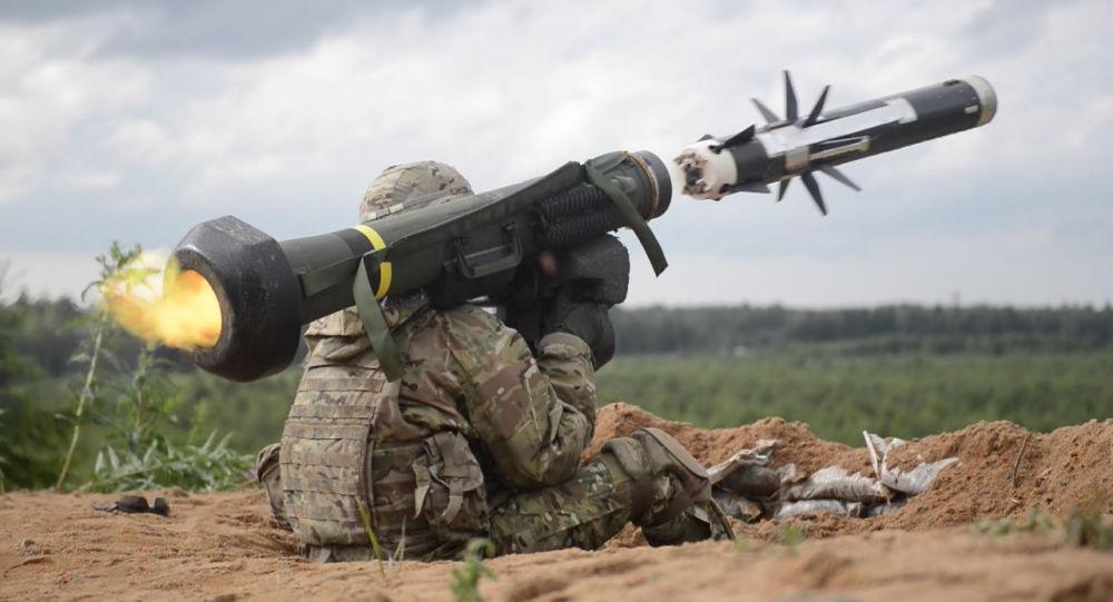 Amerykański wojskowy strzela z przeciwpancernego systemu rakietowego Javelin podczas ćwiczeń w Estonii