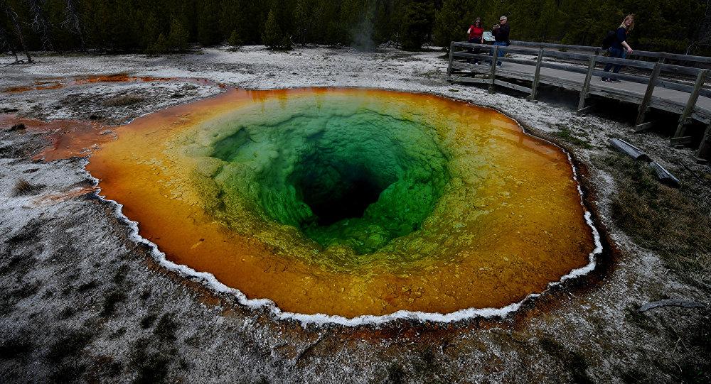 Kolorowe źródło w Parku Narodowym Yellowstone, USA