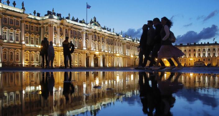 Plac Pałacowy w czasie białych nocy