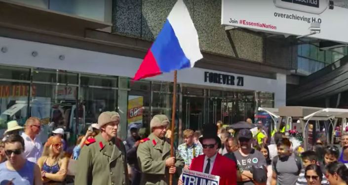 Mężczyźni z rosyjską flagą strzegą gwiazdy Trumpa w USA
