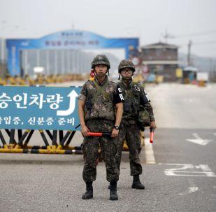 Żołnierze Korei Południowej przy punkcie kontrolnym oddzielającym dwie Koree w Paju
