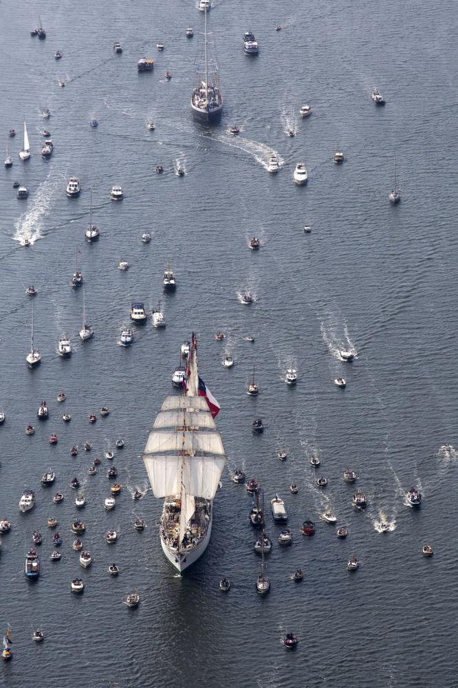 W paradzie w Amsterdamie uczestniczą  morskie okręty z całego świata