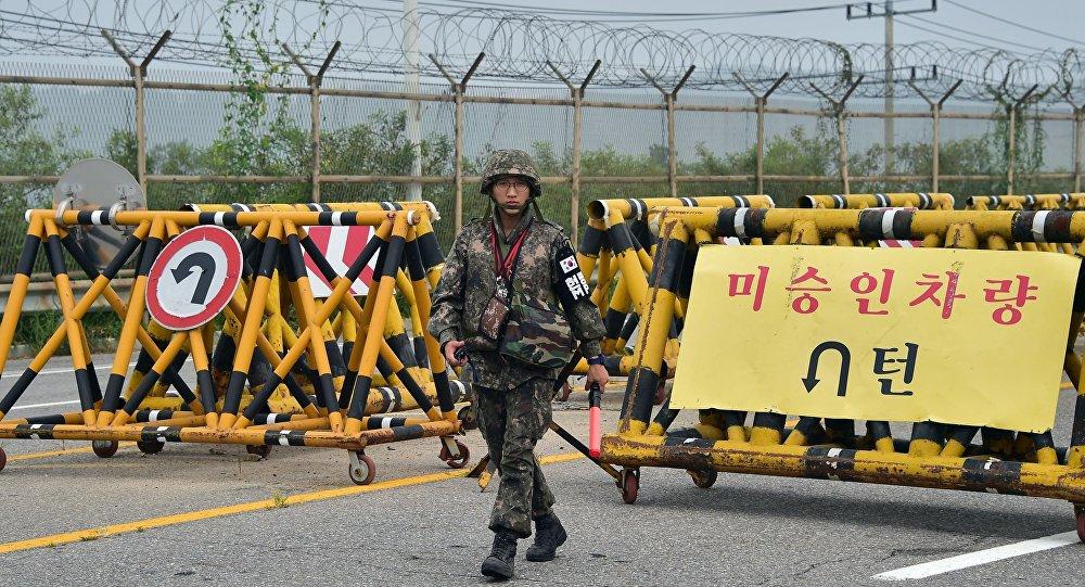 Południowokoreański żołnierz na punkcie kontrolnym w przygranicznym mieście Paju