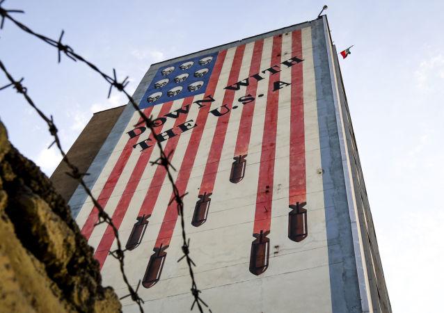 Graffiti przedstawiające gwiazdy i pasy amerykańskiej flagi w postaci czaszek i rakiet na budynku w centrum Teheranu