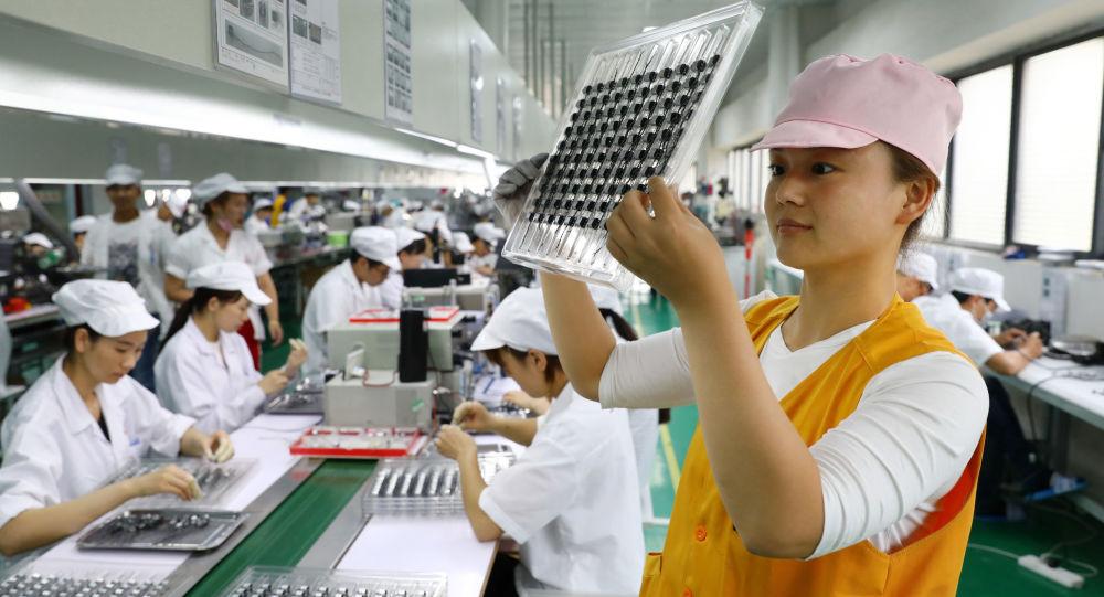 Pracownicy chińskiej fabryki produkcji mikrosilników w Huaibei