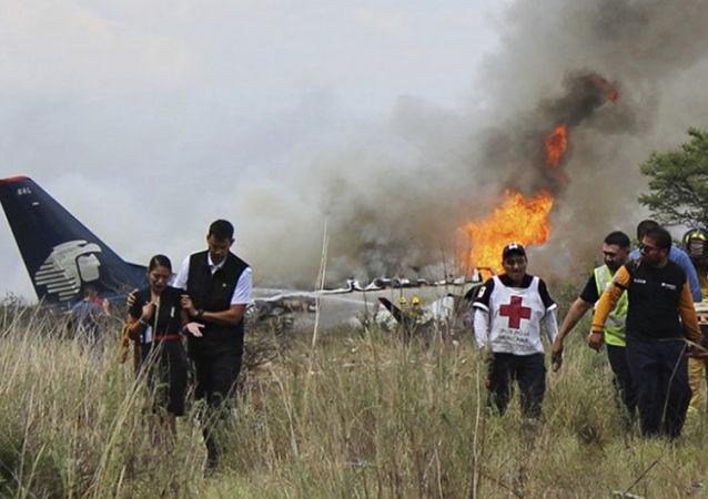 Medycy i ratownicy na miejscu katastrofy samolotu linii lotniczych Aeromexico w Meksyku