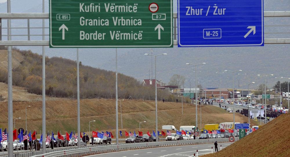 Drogowskazy na trasie łączącej Kosowo i Albanię