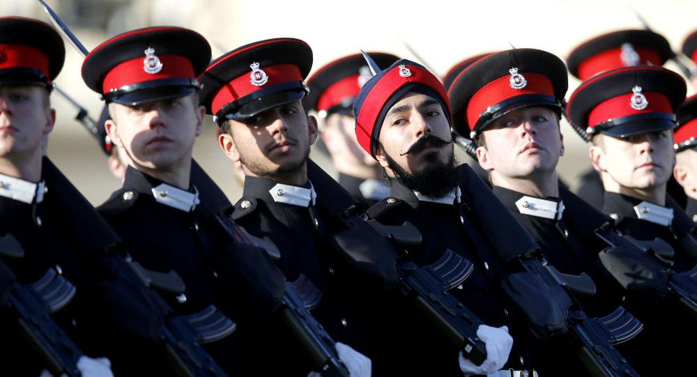 Przyszli oficerowie brytyjskiej armii na paradzie Królewskiej Akademii Wojskowej w Sandhurst w Anglii