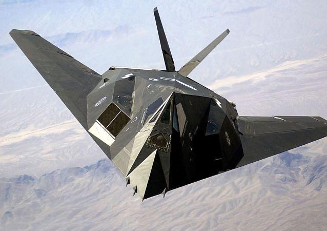 Amerykański jednomiejscowy poddźwiękowy taktyczny samolot o niskiej widoczności radarowej Lockheed F-117 Nighthawk