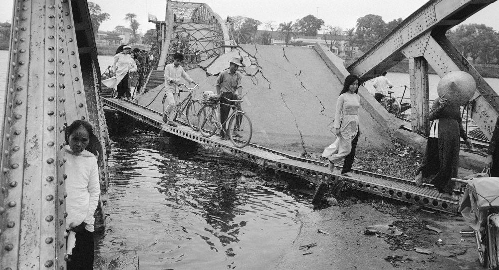 Zniszczony most w mieście Huế, Wietnam