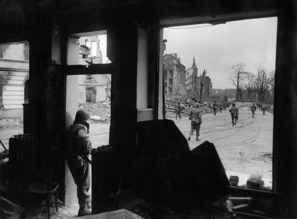 Amerykański wojenny patrol w centrum Kolonii podczas II wojny światowej, marzec 1945 rok