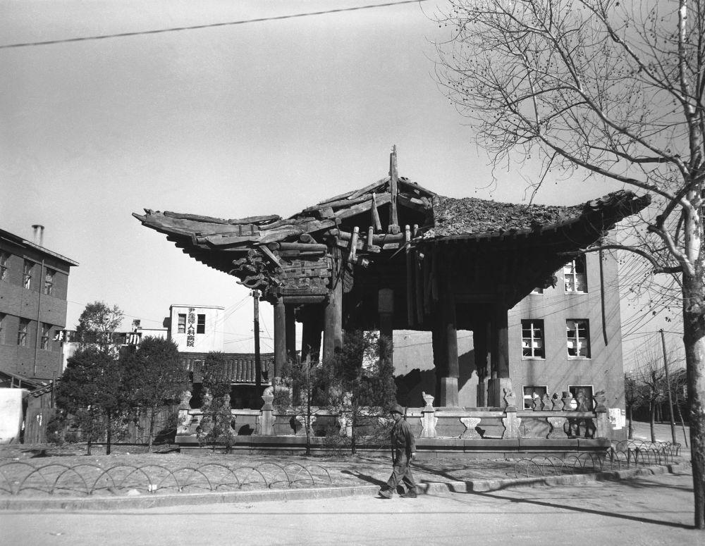 Żołnierz przy zniszczonej świątyni, Seul marzec 1951 rok