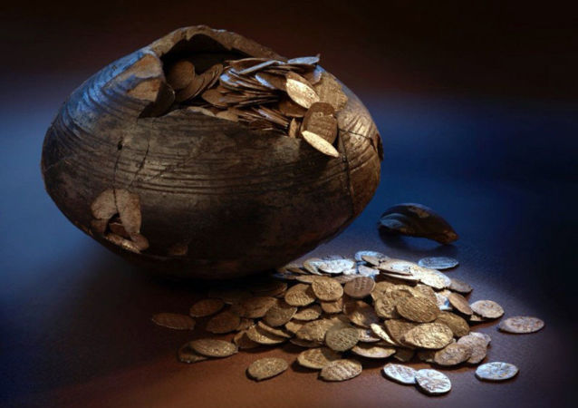 Naczynie z monetami znalezione pod Moskwą