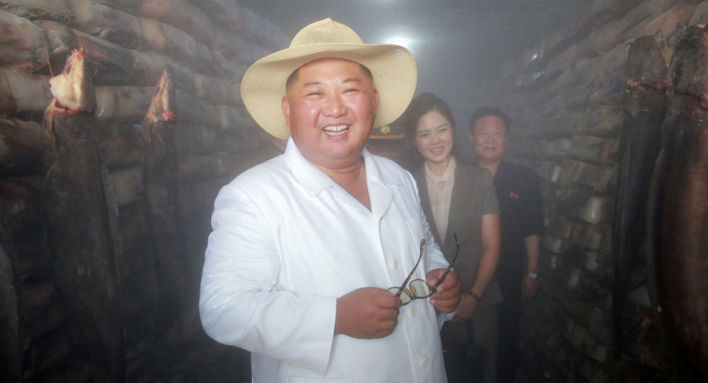 Przywódca Korei Północnej Kim Dzong Un podczas wizyty w zakładzie przetwórstwa ryb
