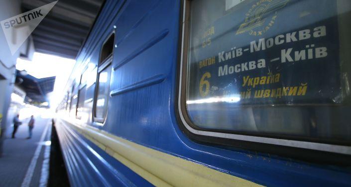 Wagon pociągu Nr 005 Ukraina relacji Moskwa-Kijów na personie Dworca Centralnego w Kijowie