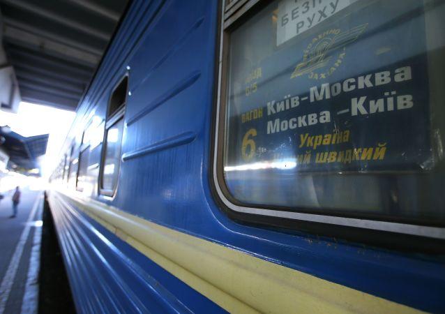 """Wagon pociągu Nr 005 """"Ukraina"""" relacji Moskwa-Kijów na personie Dworca Centralnego w Kijowie"""