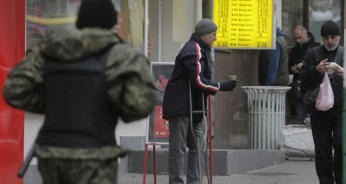 Mężczyzna żebrzący na ulicy Kijowa