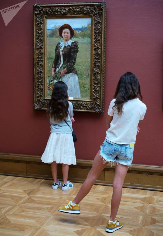 Odwiedzający Państwową Galerię Tretiakowską w Moskwie przy obrazie Ilji Riepina Jesienny bukiet