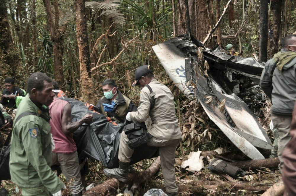 Uczestnicy operacji ratowniczej na miejscu katastrofy samolotu Trigana Air w Indonezji