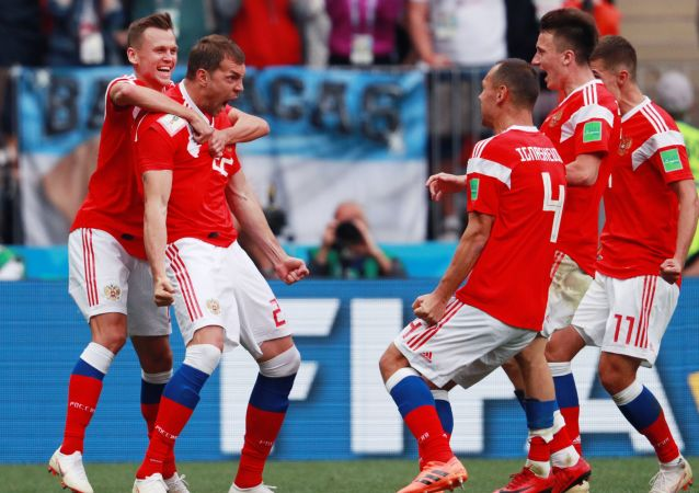 Gracze reprezentacji Rosji cieszą się ze strzelonego gola w meczu fazy grupowej z udziałem reprezentacji Rosji i Arabii Saudyjskiej