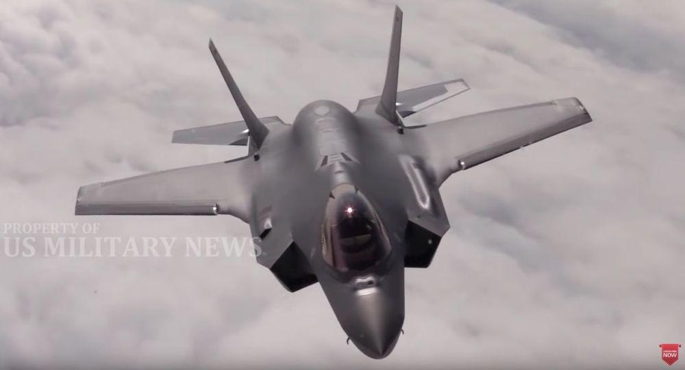 Kadr z wideo o walce powietrznej między samolotami F-22 amerykańskich sił powietrznych i F-35 norweskich sił powietrznych