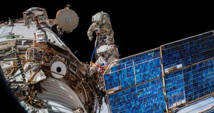 Rosyjscy kosmonauci Oleg Artemiew i Siergiej Prokopiew podczas wyjścia w otwarty kosmos