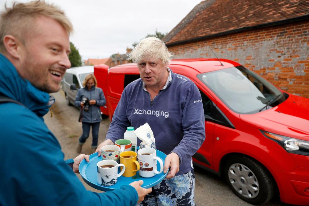 Były brytyjski minister spraw zagranicznych Boris Johnson oferuje herbatę dziennikarzom w pobliżu jego domu w hrabstwie Oxfordshire
