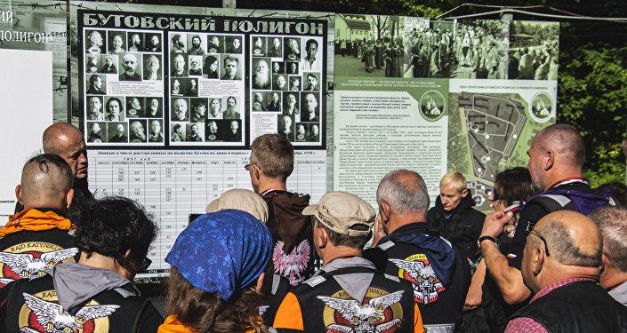 Uczestnicy XVIII Międzynarodowego Motocyklowego Rajdu Katyńskiego na poligonie strzeleckim NKWD w Butowie, Moskwa
