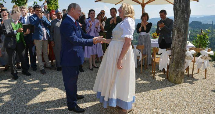 Prezydent Rosji Władimir Putin po tańcu z szefową austriackiej dyplomacji Karin Kneissl